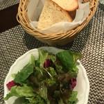67329320 - サラダとパン