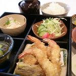 天花 - 料理写真:お昼の天ぷら定食。小鉢2品は日替わり天ぷらは海老3種野菜3種、サラダ付