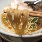 らーめん ミナミ☆十字星 - Wスープラーメン(700円)麺リフト