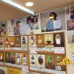 玉屋サントノーレ - 壁には、取材時の写真やサインと、かき氷の写真が所狭しとかざられていました。