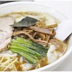 中華そば丸信 - 料理写真:ワンタンメン 810円 鰹節出汁と軽やかな醤油の風味がお味の主役。どこか懐かしい味わいです。
