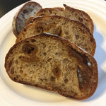 Boulangerie bee - パン オ フィグをスライス。