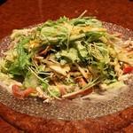 横浜 地鶏居酒屋 一條 - サラダの中にはたっぷりの野菜が隠れています