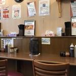 油そば専門店 たおか - カウンター、テーブル席ございますこじんまりとした店内です。