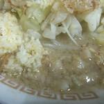 自家製太麺 ドカ盛 マッチョ - ニンニクとスープ(2017.3.30)