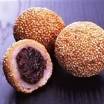 雪花の郷 - 【ごま団子】 優しい甘みの餡をもっちもちの生地で包み、たっぷりの胡麻をまとわせてこんがりと揚げた中華の代表的な揚げ菓子