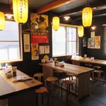 有吉商店 - 1階はカウンターで、2階はテーブル席になってます。