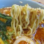 有吉商店 - もっちり食感の中太麺はやや縮れており、スープによく絡みます。