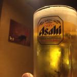 海鮮居酒屋 えん屋 - 照明が黄色い電球で心が落ち着き、黄金ビールに飲む気UP!