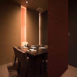 ロールカーテン付の半個室はデート向き。カウンターも良いです