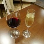 カーサプリモ - ドリンク写真:カルフォルニアワイン ナーリーヘッド(左)とフランスのスパークリングワイン デュック(右)