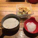 石焼パスタ kiteretsu食堂 - ソース&サラダ&温玉