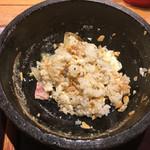 石焼パスタ kiteretsu食堂 - 1口ライスを投入して混ぜ混ぜ