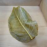 67393573 - 桜餅(葉を剥がす前)