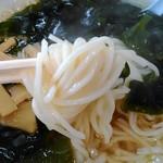 老郷 - 麺アップ 色白の中細ストレート麺。