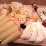 ワインの酒場。ディプント - 「5種類のチーズ盛り合わせ」カマンベール パストリゼ、ゴルゴンゾーラ ピカンテ、パルミジャーノ レッジャーノ、 スプリンツ、テット ド モアンヌ