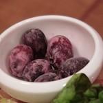 ワインの酒場。ディプント - 「元祖!イタリア産&スペイン産 生ハムとサラミのてんこ盛り(ハーフ)」についてくるのは冷凍された種無しブドウ