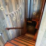 ワインの酒場。ディプント - 階段で降りていきます