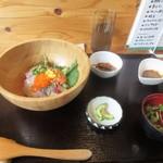 67400677 - 暫く待つと注文した海鮮丼900円の完成です。