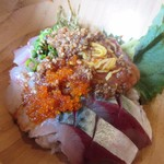 67400681 - 海鮮丼と一緒に運ばれて来たゴマダレをぶっかけたら美味しい海鮮丼の出来上がりです。