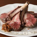 ペルバッコ イタリアーノ - 肉の旨味をたっぷりと楽しむ『骨付仔羊 背肉の一皿 二本リブ』