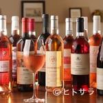 ペルバッコ イタリアーノ - 店内保管のワインは約400本。ロゼワインも25種と豊富に取り揃え