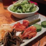 炭火焼肉 四谷山星 - キムチ、ナムルの盛り合わせ