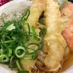 おにやんま - 料理写真:冷し「並盛り」特上天ぷら、580円に、とろろ昆布をトッピング。