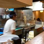 67403802 - 厨房風景。熟年店主(麺茹で)とその弟子(〆、盛付け)という役割分担で、調理が進む。麺の茹で時間コントロールはアナログ式(触感&食感)。