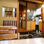 芳味亭 - 店内(入口横にある厨房)