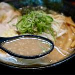 豚人  - こってり濃厚豚骨醤油スープ