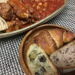チクテベーカリー - スペアリブのチリビーンズもどき煮込みとチクテパンの夕食、お料理は手抜きだけどパンは格別、クロワッサンのようなのは ちまちま の塩パン^_^