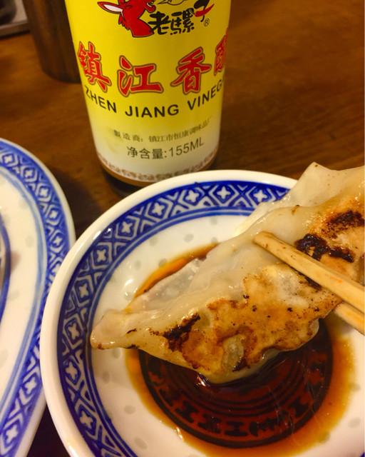 中国ラーメン揚州商人 赤坂店 - 黒酢とラー油のタレで頂く