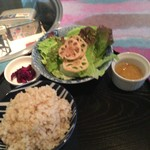 二十三夜 - サラダと玄米ご飯。