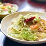 Cafe Mix - 日替わりパスタとサラダ。この日は「キャベツとツナのペペロンチーノ」