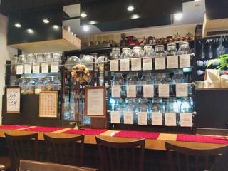 一六珈琲店 - カウンターにはたくさんのコーヒー豆が!
