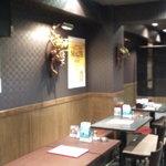 神戸 鉄飯屋 - 4名用テーブル席が4つありました。