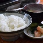 まるはち食堂 - ライス、味噌汁、漬物(けいちゃん定食)