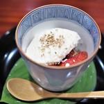 草喰 なかひがし - 苺と柑橘(グレープフルーツ) 胡麻のシャーベット