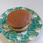 Sengokuyaki - 回転焼は3種類とも一個100円でした。
