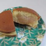 Sengokuyaki - 白あん、防腐剤使わず生地には牛乳もたっぷり入れてあってふんわりとした食べ応えの回転焼です。