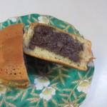 千石焼 - 黒あん、北海道産の小豆を使ったつぶ餡がたっぷり入ってます。