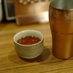 麺や食堂 - 銅のタンブラー(お水)と黒烏龍茶