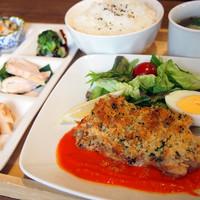 カフェバル ぐるり - 日替わりぐるりごはん(月)鶏もも肉のサクサクパン粉焼き 900円