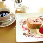風の森 コスモポリタンカフェ - ロールケーキとコーヒー