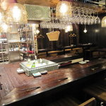 湘南の魚とワインの店 ヒラツカ - ガラス工芸のランプがたくさん。明るくて、温かみのある光が。
