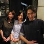 湘南の魚とワインの店 ヒラツカ - 店長の藤谷さん(右)と、明るくて、かわいいスタッフさん。