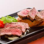 ステーキ&ビア ビストロ・パプリカ - 山形牛ステーキ盛り合わせ(赤身、霜降り)