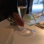 67470428 - シャンパンで乾杯です。