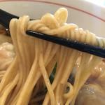67470648 - 海老ワンタン醤油そば950円の麺のアップ